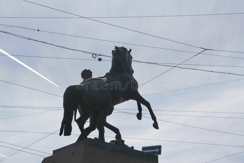 Monumento a um cavalo e cavaleiro nos crosshairs dos fios imagem de stock