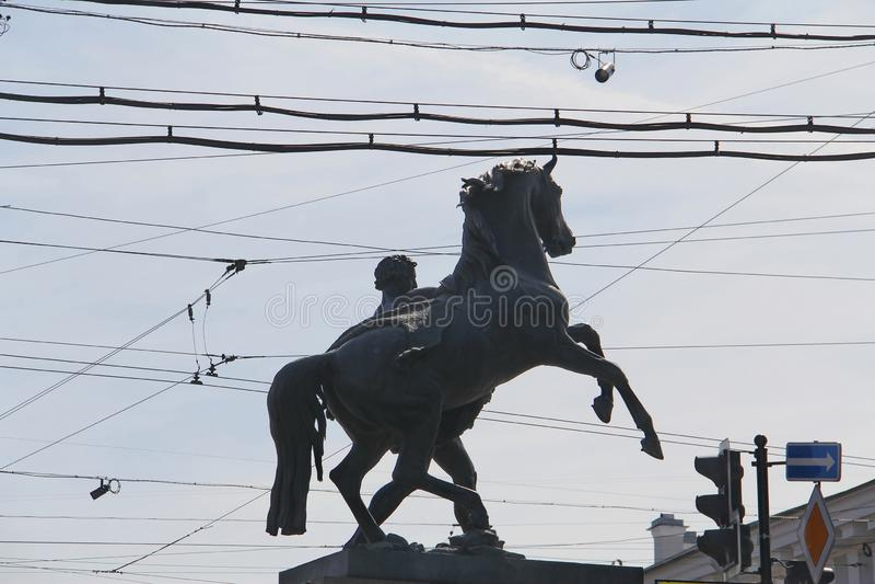 Monumento a um cavalo e cavaleiro nos crosshairs dos fios foto de stock royalty free