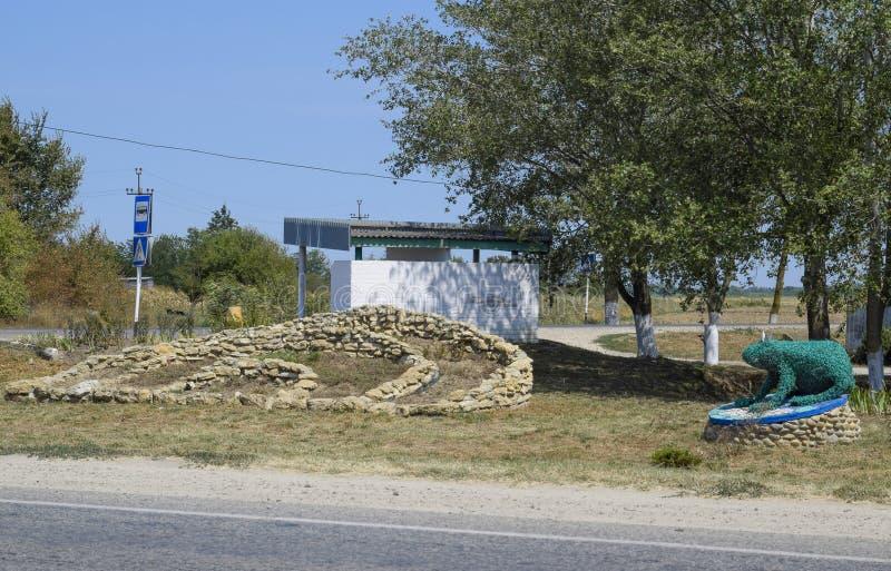 Monumento a um conto de fadas sobre uma rã da princesa O símbolo das inundações e dos estuários na vila Petrovskaya fotografia de stock royalty free
