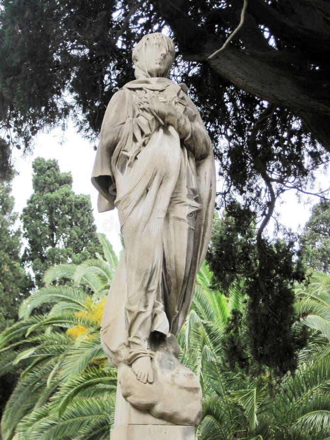 Monumento velho, uma mulher que anda na chuva fotografia de stock royalty free