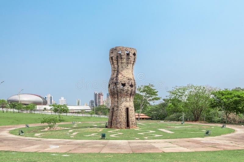 Monumento vertical a los indígenas fotos de archivo