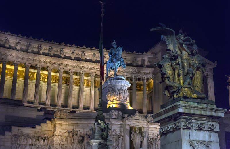 Monumento a Vittorio Emanuele II della notte immagini stock libere da diritti
