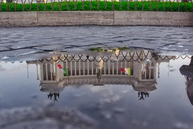 Monumento a Vittorio Emanuele II in Puddle Reflection, Rome, Italy stock images