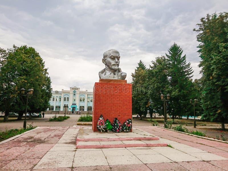 Monumento a Vladimir Ilyich Lenin cerca del ferrocarril en Rtischevo, región de Saratov, Rusia fotos de archivo