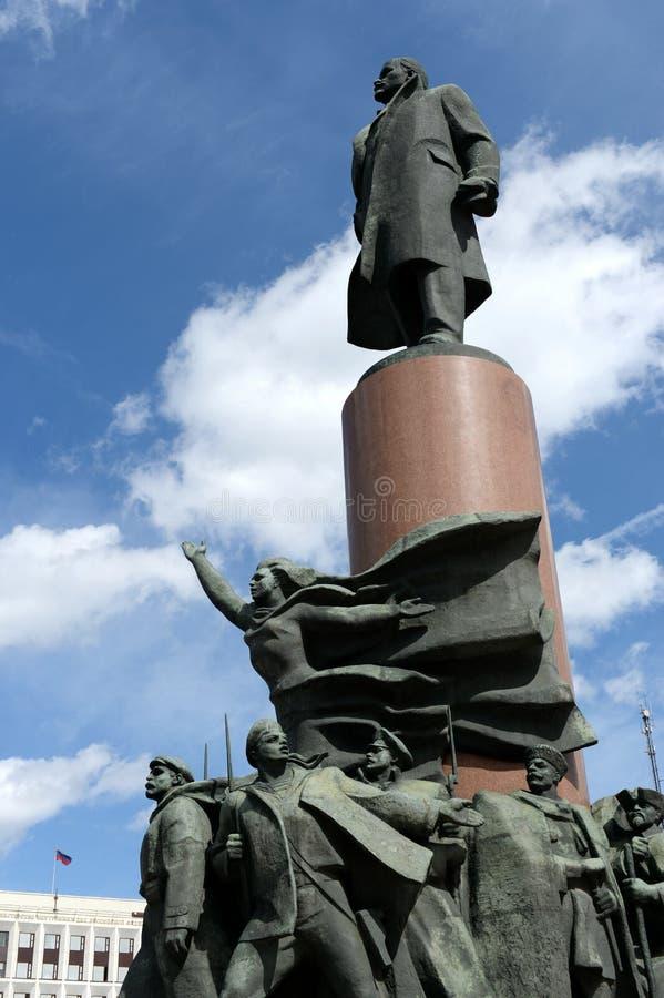 Monumento a Vladimir Lenin y el edificio del ministerio de asuntos internos de Rusia en el cuadrado de Kaluga de Moscú imagenes de archivo