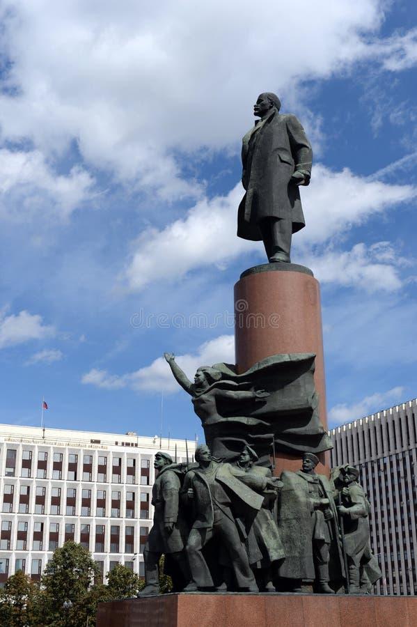 Monumento a Vladimir Lenin y el edificio del ministerio de asuntos internos de Rusia en el cuadrado de Kaluga de Moscú foto de archivo libre de regalías