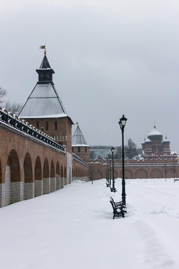 Monumentos arquitectónicos: Vista de la torre de la puerta de Ivanovsky y de la torre de Nikitskaya de Tula Kremlin en el inviern imagenes de archivo