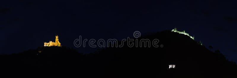 Monumentos de Sintra iluminados na noite sobre a montanha imagens de stock royalty free