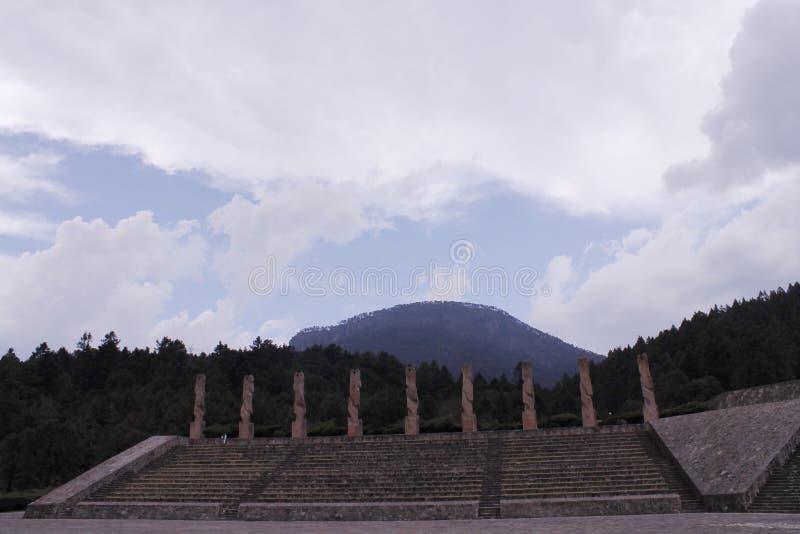 Monumentos no topo das escadas, Centro Ceremonial Otomi no Estado do México foto de stock royalty free
