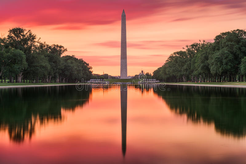 monumentpöl som reflekterar washington royaltyfri foto