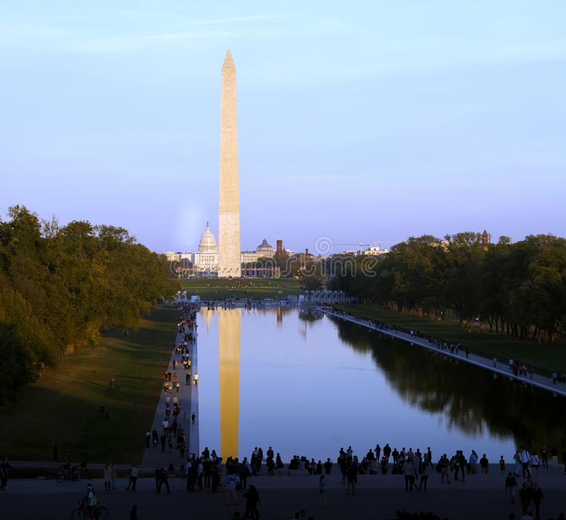 monumentpöl som reflekterar washington royaltyfria foton