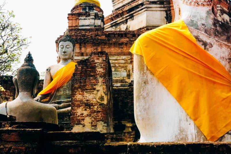 Monuments des statues antiques de Bouddha chez Wat Yai Chai Mongkol dans A image stock