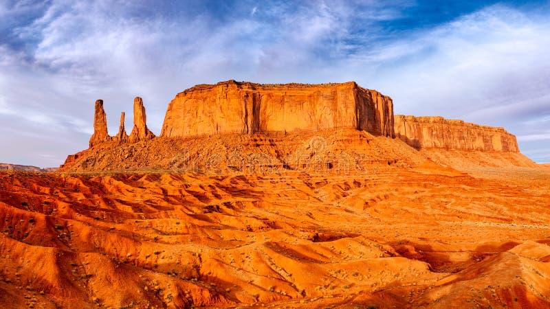 Monumenttal-Landschaftsansicht mit Felsformationen und strukturiertem Vordergrund lizenzfreie stockfotografie
