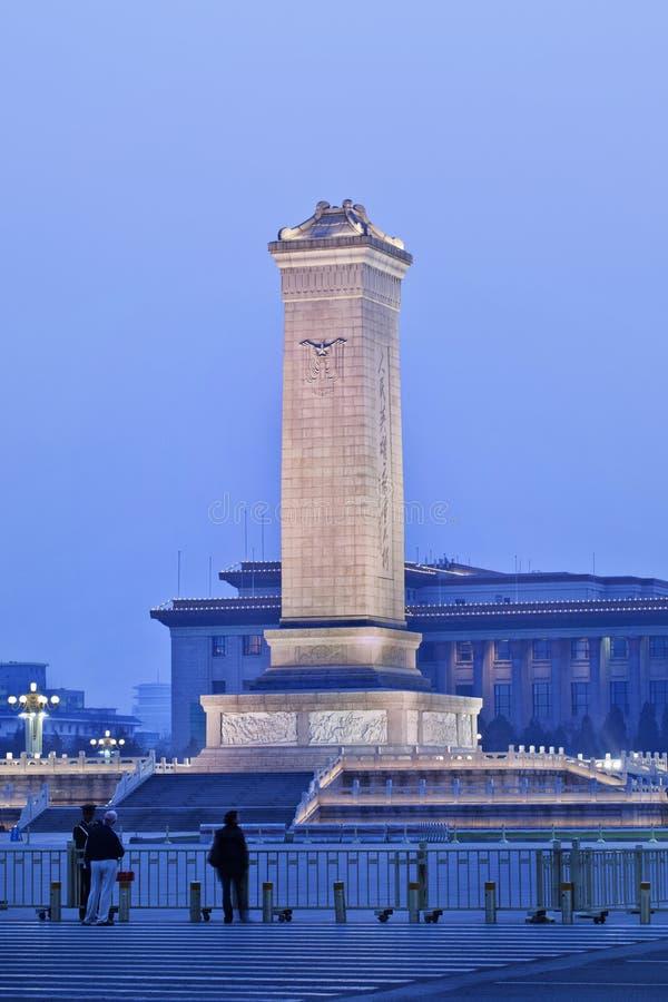 Monumetn aux héros du ` s de personnes sur la Place Tiananmen, Pékin, Chine photographie stock libre de droits
