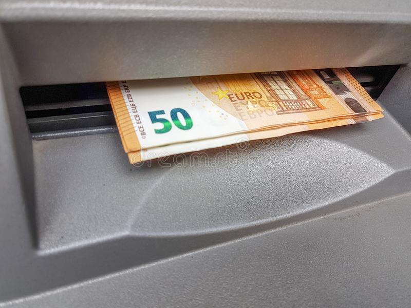 Monye-bankotes auf ATM-Schlitz 50 Euros lizenzfreies stockbild