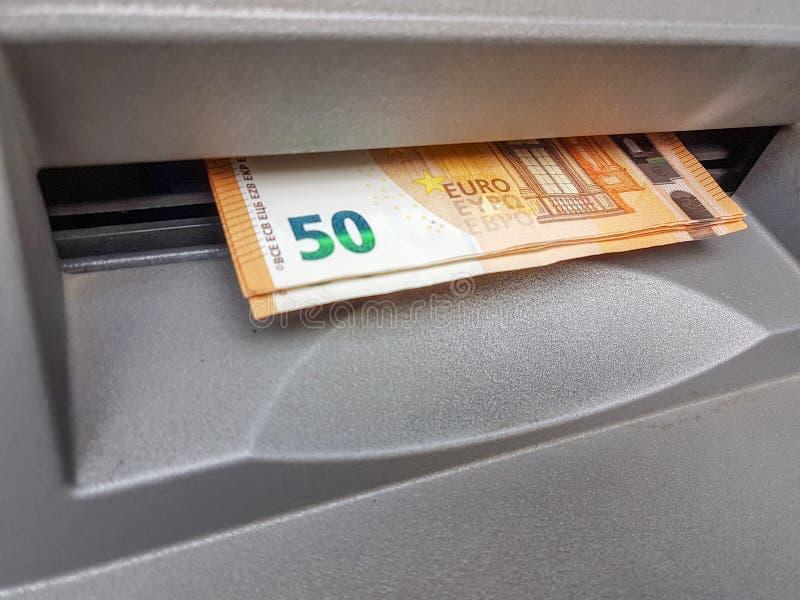 Monye bankotes op ATM-groef 50 euro royalty-vrije stock afbeelding