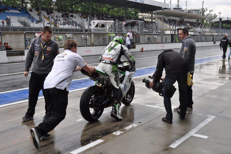 Monza 2012 - Dostawać na rowerze przy padokiem obraz royalty free