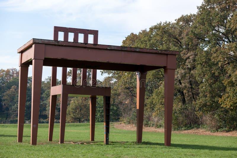 MONZA, ITALY/EUROPE - 30 DE OCTUBRE: Tabla y silla enormes en Parco fotografía de archivo