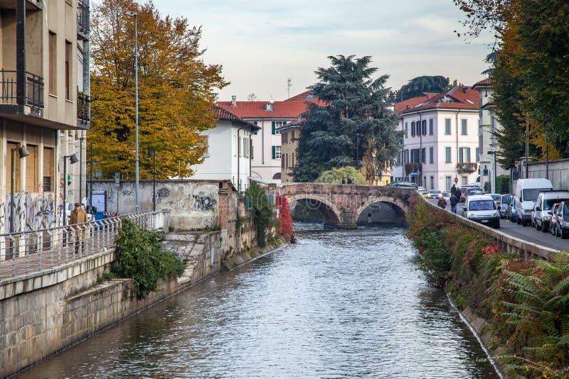 MONZA, ITALY/EUROPE - 28 OTTOBRE: Vista lungo il fiume Lambro i immagine stock libera da diritti