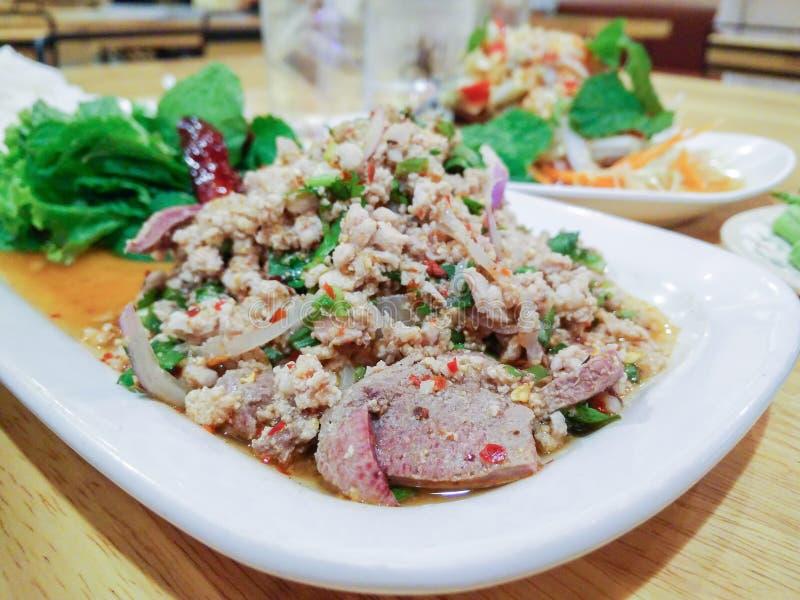 MOO di Larb, insalata tritata tailandese della carne di maiale con l'erba fotografia stock libera da diritti