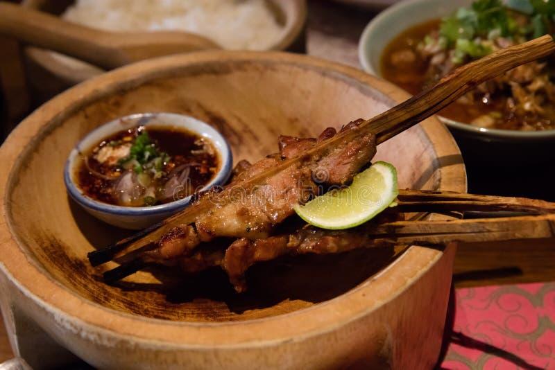 Moo Ping Een Thais-stijl roosterde varkensvlees op een vleespen stock foto