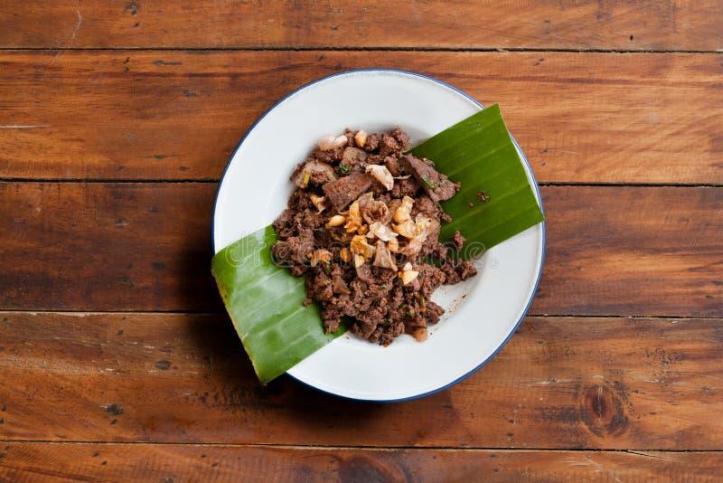 MOO tailandese di Larb dell'alimento della via o carne di maiale tritata piccante immagini stock libere da diritti