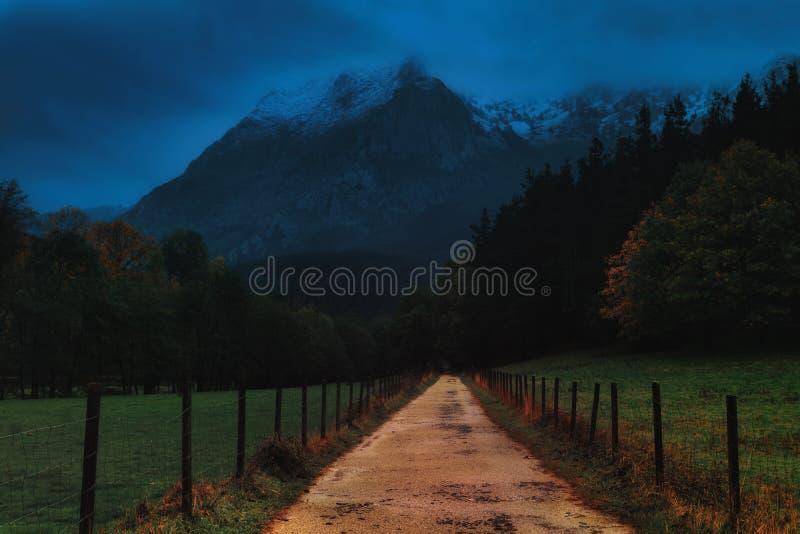 Moody-Landschaft des Weges in Via Verde von Arrazola lizenzfreie stockfotos