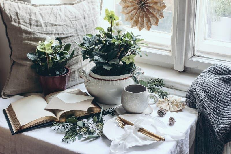 Moody Winter Breakfast encore en vie Cadre festif de Noël avec couverts en or, tasse de café, salutation photos stock