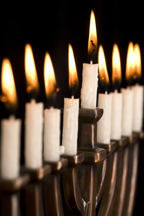 Mooi aangestoken hanukkah menorah op zwarte. royalty-vrije stock afbeeldingen
