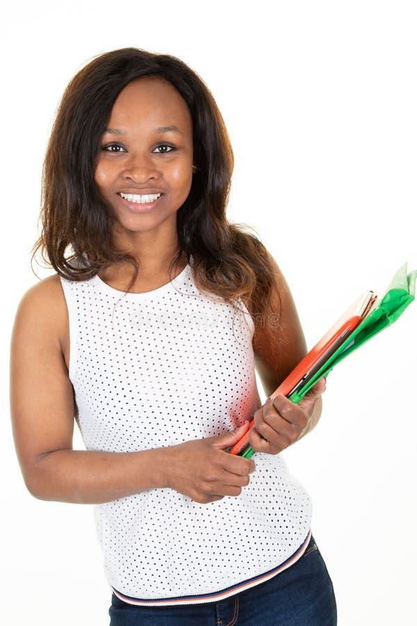 Mooi aantrekkelijk Afrikaans Amerikaans studentemeisje met het gelukkige glimlachen op witte studioachtergrond royalty-vrije stock fotografie