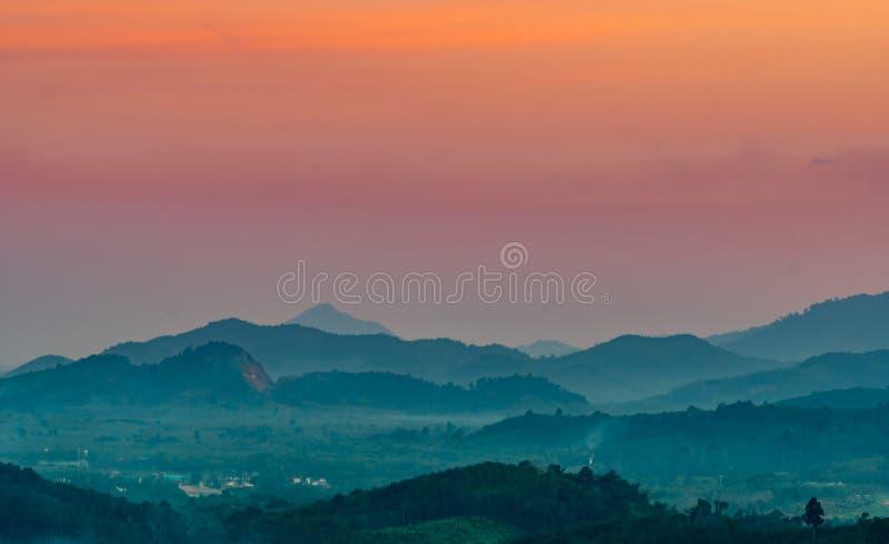 Mooi aardlandschap van bergketen met zonsonderganghemel en wolken Landelijk dorp in bergvallei in Thailand landschap royalty-vrije stock afbeeldingen