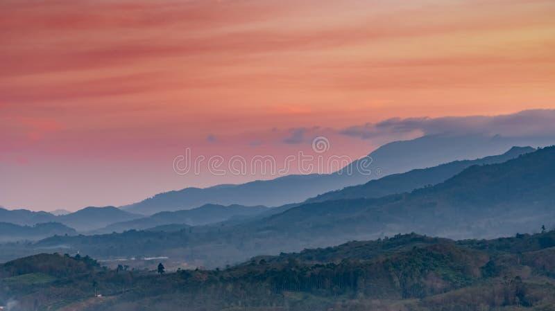 Mooi aardlandschap van bergketen met zonsonderganghemel en wolken Landelijk dorp in bergvallei in Thailand landschap royalty-vrije stock foto