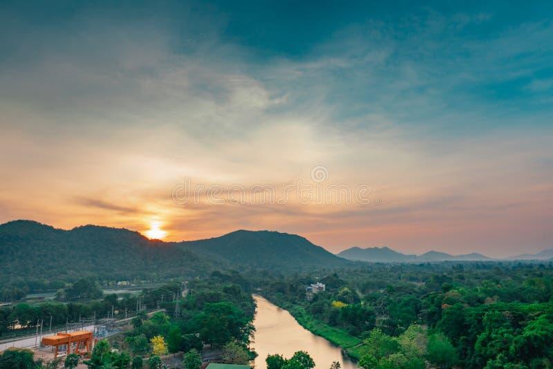 Mooi aardlandschap van bergketen met zonsopganghemel en wolken Stad in bergvallei in Thailand Landschap van berg stock fotografie