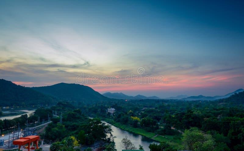Mooi aardlandschap van bergketen met zonsopganghemel en wolken Stad in bergvallei in Thailand Landschap van berg stock foto's
