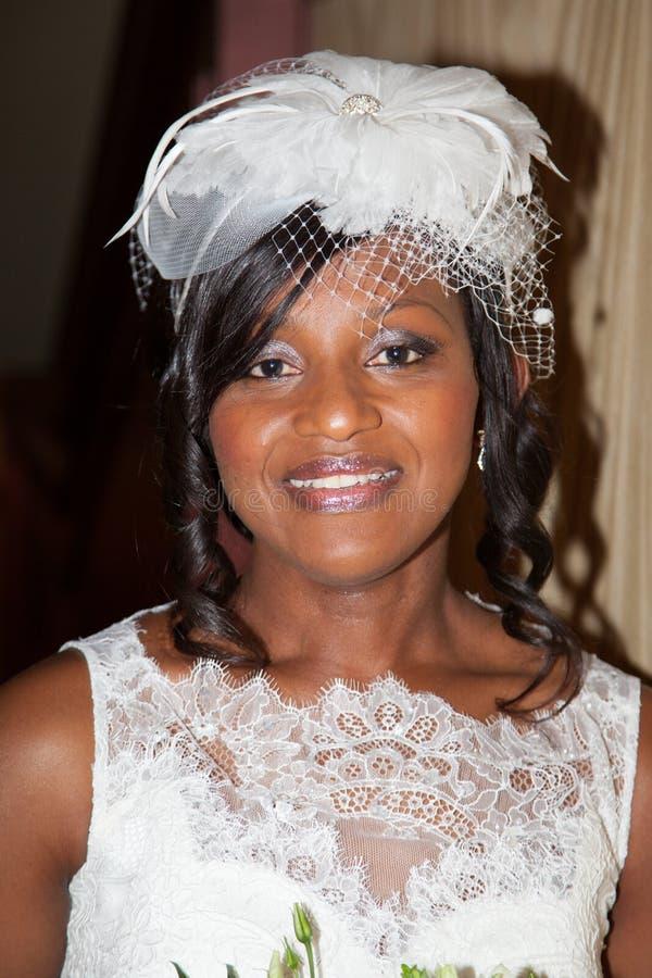 Mooi Afrikaans Amerikaans bruidportret die de camera bekijken royalty-vrije stock foto's