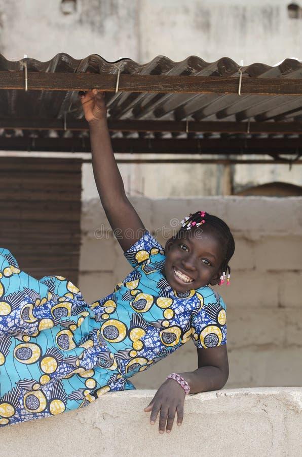 Mooi Afrikaans Meisje die hebbend Pret in openlucht spelen stock foto