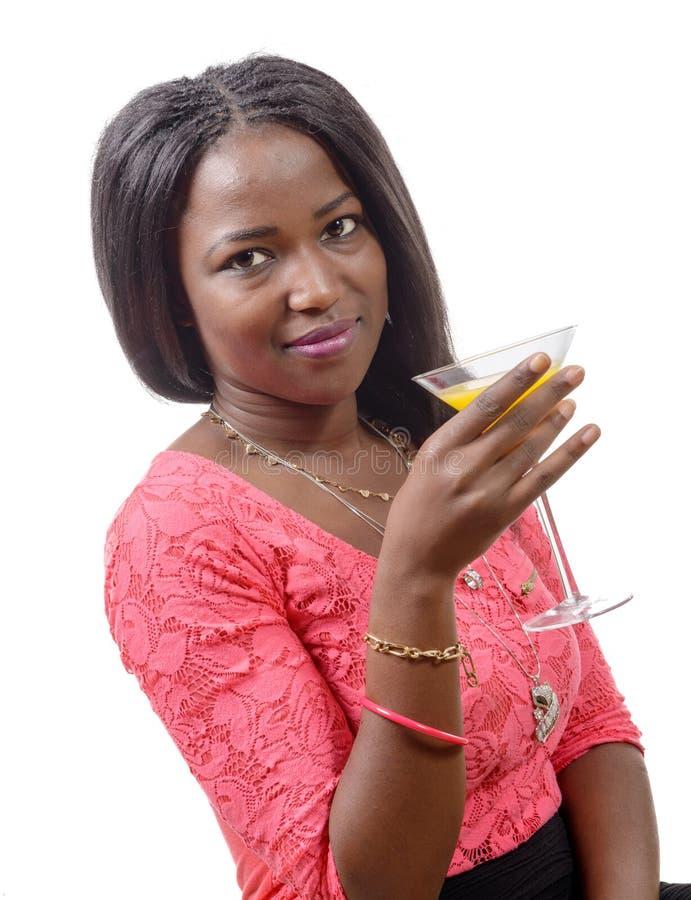 Mooi Afrikaans vrouw het drinken jus d'orange royalty-vrije stock fotografie