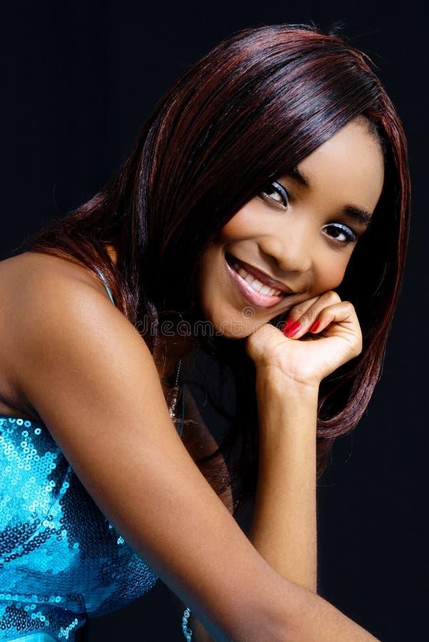 Mooi Afrikaans Vrouwelijk Model, die Blauwe Kleding dragen stock foto's