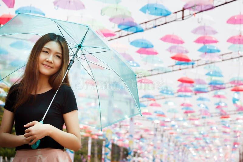 Mooi Aisan-meisje met paraplu's royalty-vrije stock fotografie