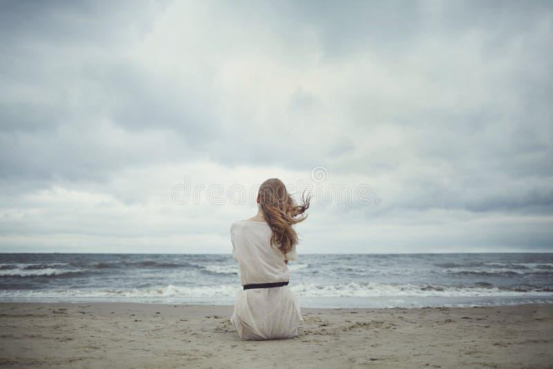 Mooi alleen meisje op het strand stock foto