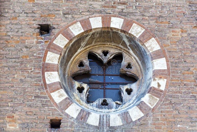 Mooi antiek cirkelvenster op een bakstenen muur royalty-vrije stock foto's