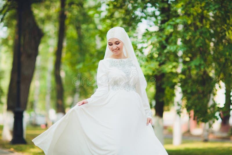 Mooi Arabisch meisje die Van het Middenoosten gelukkige tijd in aard hebben royalty-vrije stock foto's