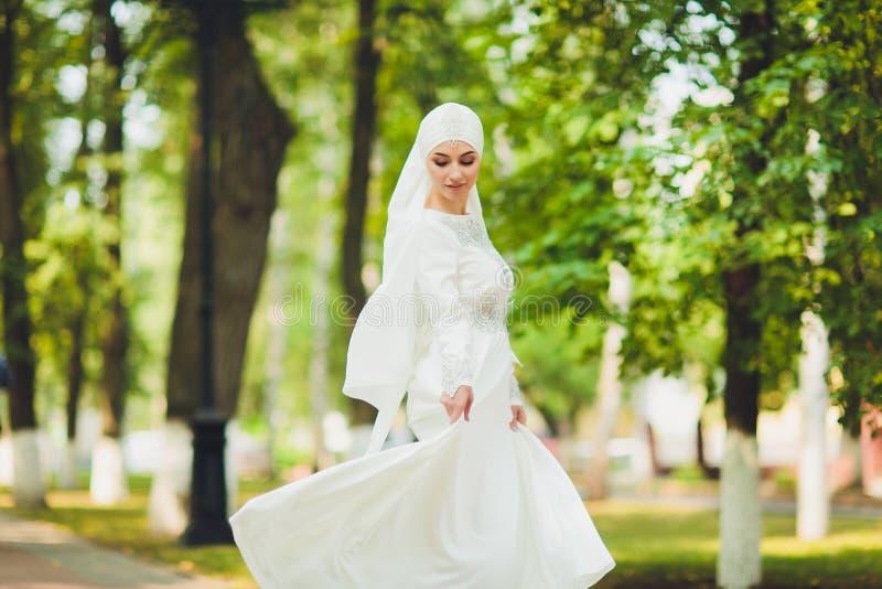 Mooi Arabisch meisje die Van het Middenoosten gelukkige tijd in aard hebben royalty-vrije stock afbeeldingen
