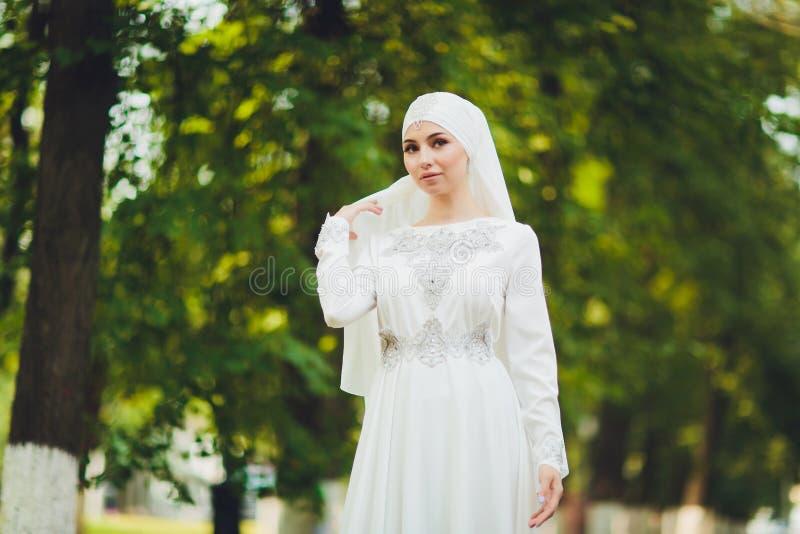 Mooi Arabisch meisje die Van het Middenoosten gelukkige tijd in aard hebben stock foto's