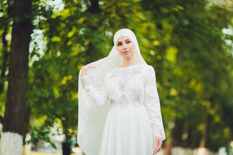 Mooi Arabisch meisje die Van het Middenoosten gelukkige tijd in aard hebben royalty-vrije stock afbeelding