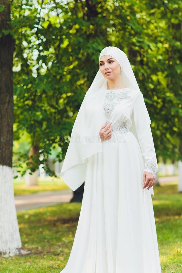 Mooi Arabisch meisje die Van het Middenoosten gelukkige tijd in aard hebben royalty-vrije stock foto