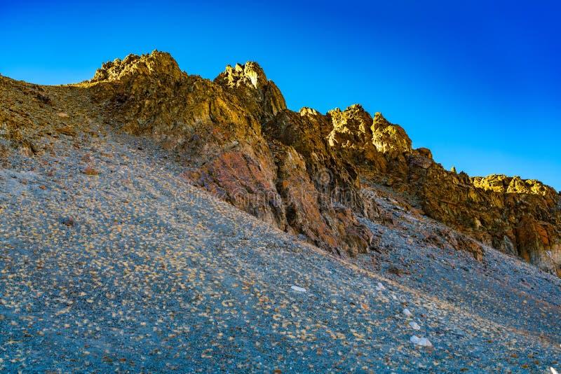 Mooi avondlicht over de bovenkant van de verbazende berg royalty-vrije stock afbeeldingen