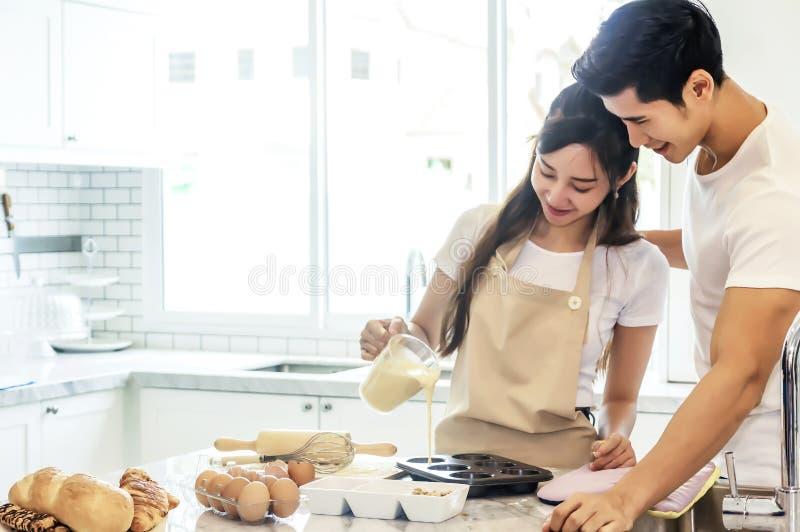 Mooi Aziatisch jong paar die aan het koken bekery helpen stock fotografie