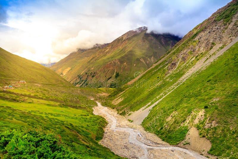 Download Mooi Aziatisch landschap stock afbeelding. Afbeelding bestaande uit weide - 54088217