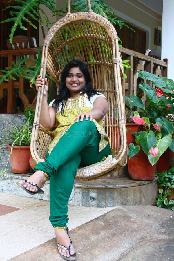 Mooi Aziatisch Meisje als Voorzitter van de Schommeling van het Bamboe royalty-vrije stock foto